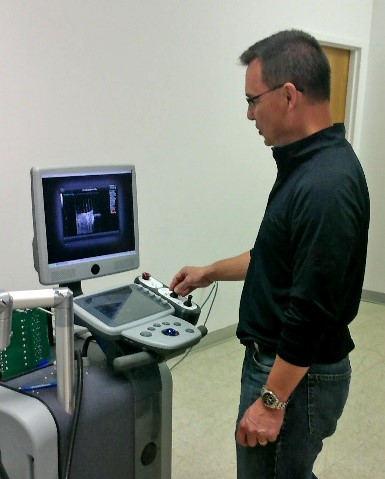 HistoSonics Board Member and Senior Medical Advisor Dr. Fred Lee demonstrating HistoSonics' Vortx Rx™ non-invasive therapy system.